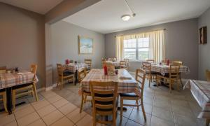 A restaurant or other place to eat at Auberge Doucet Inn