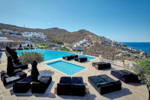 Ein Blick auf den Pool von der Unterkunft Myconian Villa Collection - Preferred Hotels & Resorts oder aus der Nähe