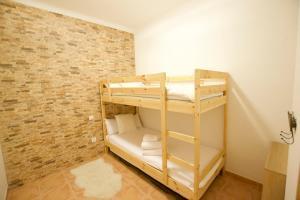 A bunk bed or bunk beds in a room at Apartament Boix petit