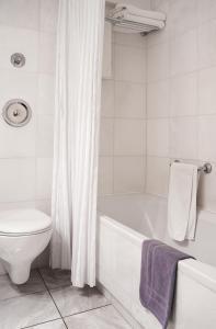 A bathroom at Ilissos