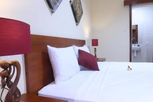 A bed or beds in a room at Sekar Waru Homestay