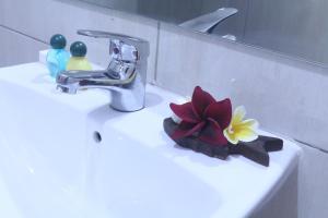 A bathroom at Sekar Waru Homestay