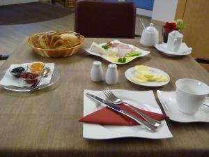 Breakfast options available to guests at Cafe und Pension Blohm