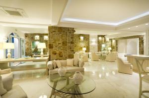 Hall ou réception de l'établissement Petinos Beach Hotel