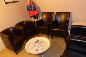 A seating area at Hotel Des Zouaves