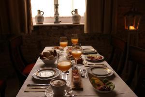 Un restaurante o sitio para comer en Hotel Casa de las Cuatro Torres