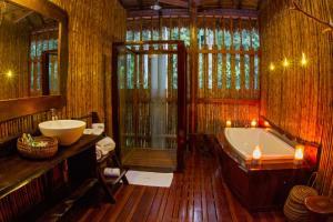 A bathroom at Refugio Amazonas Lodge