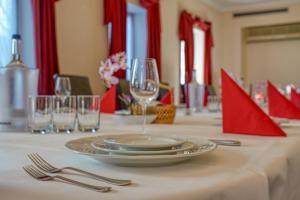 Ein Restaurant oder anderes Speiselokal in der Unterkunft Hotel Kischers Landhaus