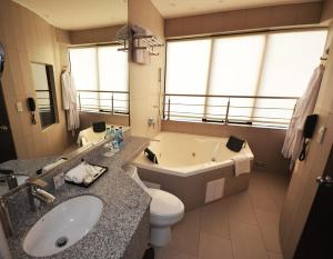 A bathroom at qp Hotels Lima