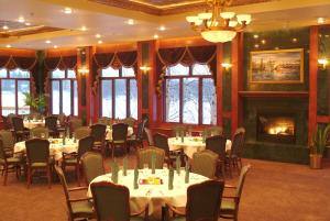 A restaurant or other place to eat at Pike's Waterfront Lodge