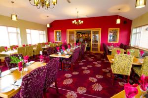 A restaurant or other place to eat at Curran Court Hotel