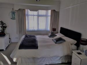 A bed or beds in a room at Crystal Palace B&B