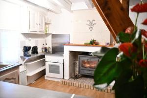A kitchen or kitchenette at Gîtes troglodytiques