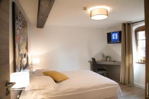 Ein Bett oder Betten in einem Zimmer der Unterkunft Hôtel le Saint Nicolas