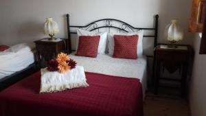 A bed or beds in a room at Quinta Das Lameirinhas