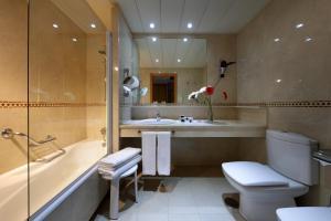A bathroom at Exe Plaza