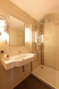 A bathroom at Hotel Riant-Séjour (Adults Only)