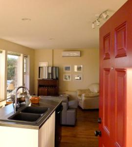 A kitchen or kitchenette at AnnArthur Guest House