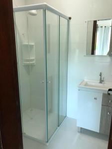 A bathroom at Casa de aluguel