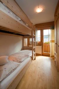 Palanda nebo palandy na pokoji v ubytování Abelhof
