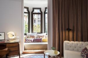 A seating area at Alexandra Barcelona Hotel, Curio Collection by Hilton