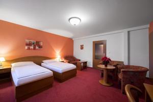 Кровать или кровати в номере Attic Hotel