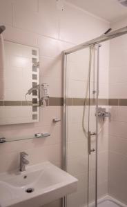 A bathroom at Pension Haus Marga