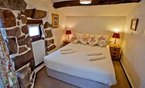 A bed or beds in a room at Bridge End Farm Cottages