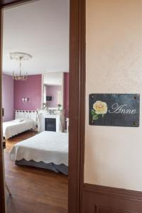 A bed or beds in a room at Le Clos Belle Rose