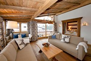 Ein Sitzbereich in der Unterkunft Hotel Hubertus mit Erlebnislandgasthof Reitherwirt