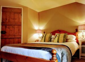 A bed or beds in a room at Nant Melyn Cottage