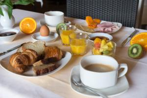 Options de petit-déjeuner proposées aux clients de l'établissement Villa Borghese, The Originals Relais