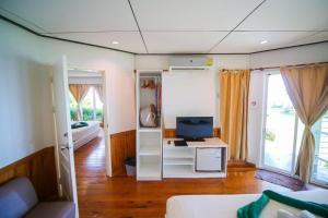 Ein Sitzbereich in der Unterkunft Makathanee Resort