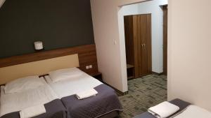 Łóżko lub łóżka w pokoju w obiekcie Centrum Promocji Leśnictwa w Mucznem