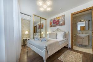 A bed or beds in a room at Kesminta Apartments