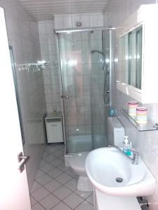 A bathroom at Gästezimmer Villmar