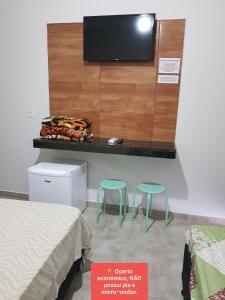 Uma TV ou centro de entretenimento em Pousada Sao Caetano