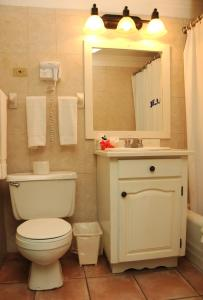 Ванная комната в Doctors Cave Beach Hotel
