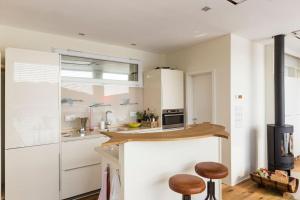 A kitchen or kitchenette at Haus direkt am See