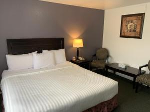 A bed or beds in a room at Lake Country Inn
