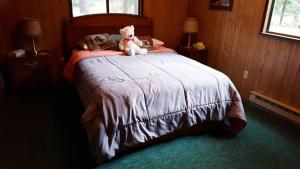 A bed or beds in a room at Alpine Thyme Cabin