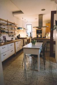 A kitchen or kitchenette at Asul B&B