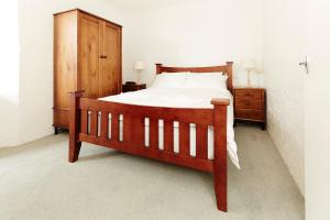 A bed or beds in a room at Beehive 14