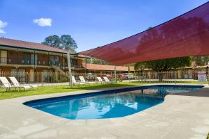 The swimming pool at or near Advance Motel