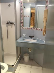 A bathroom at Hotel Plaisance