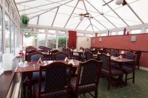A restaurant or other place to eat at Roselawn Hotel