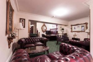A seating area at Roselawn Hotel