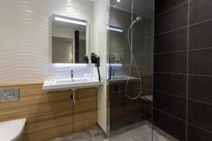 A bathroom at Campanile Laval Nord
