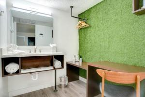 A bathroom at Downtowner Boutique Hotel