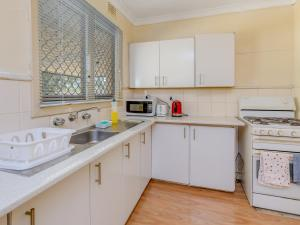 A kitchen or kitchenette at Lovely homely convenient holiday house